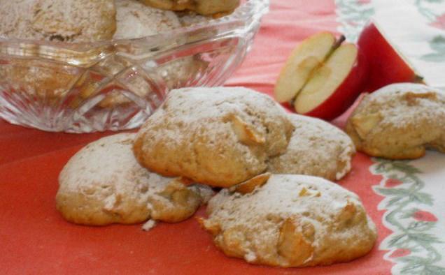 Тези ябълкови сладки с канела са истинско кулинарно изкушение. Рецептата е много лесна и подходяща за празниците