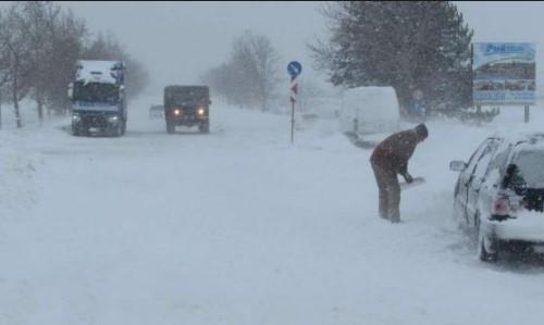 Синоптиците предупреждават: Температурите падат, идва сняг. През уикенда зимата ще напомни за себе си
