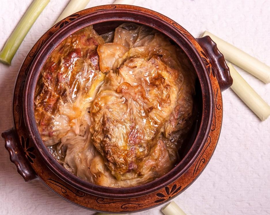 Пържоли в зелев лист в гювеч по бабина рецепта