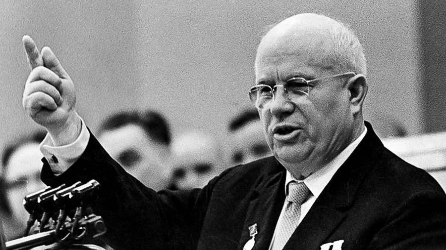 Виц: Дежурният екип на вестник умува над новия брой с Никита Хрушчов