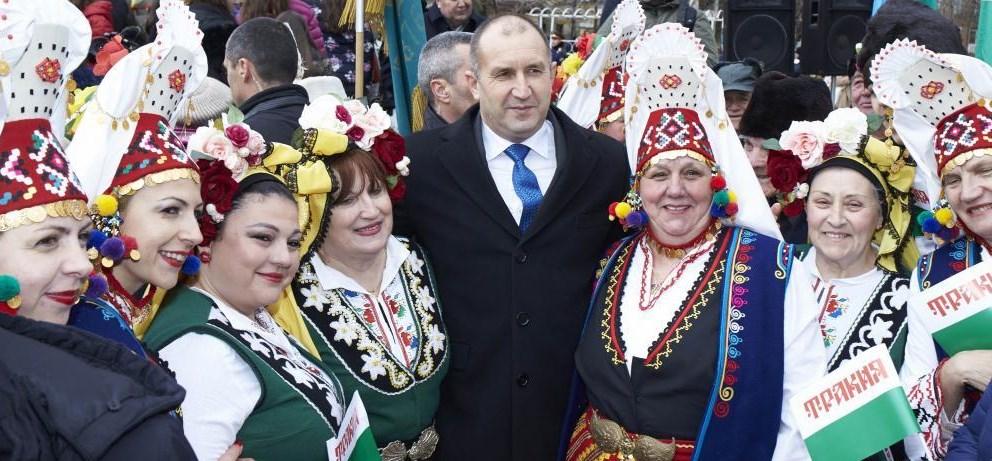 Румен Радев пълнее от стрес: Президентът с по-големи костюми, хапва си на корем (СНИМКИ)