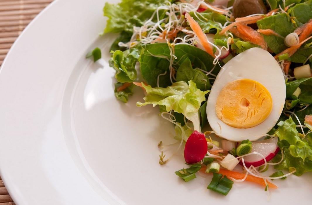 Великденска поредица от рецепти. Днес: Класическа зелена салата и салата с добавки