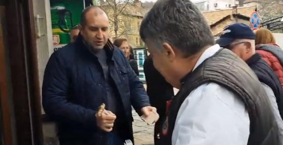 След постите: Президентът Радев поиска да купи кебапчета на Деси Радева, но майсторът на скарата му отказа (ВИДЕО)
