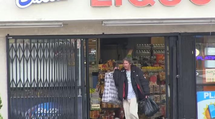 Изненада: Подариха 100 долара на бездомник и тайно го заснеха какво си купува. Ето как похарчи парите (ВИДЕО)
