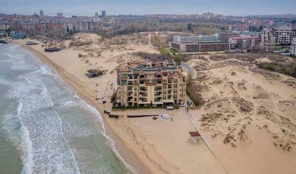 Резултат с изображение за хотел върху пясъка