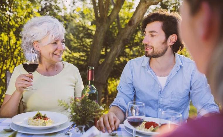 Истината лъсна: Българинът обича да се прави на мачо, но ето до каква възраст живее и се храни при мама (ОФИЦИАЛНИ ДАННИ)