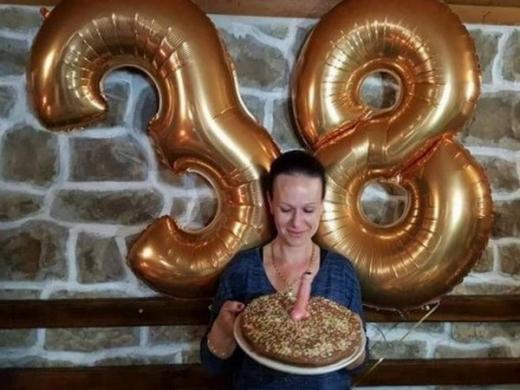 Скандал в Бургаско: Директорка на школо забучи мъжки полов орган на торта и се похвали (СНИМКА 18+)