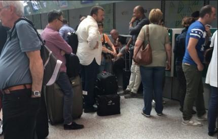 Скандалът става чудовищен: Авиопревозвачът Wizz Air заряза десетки българи на британско летище