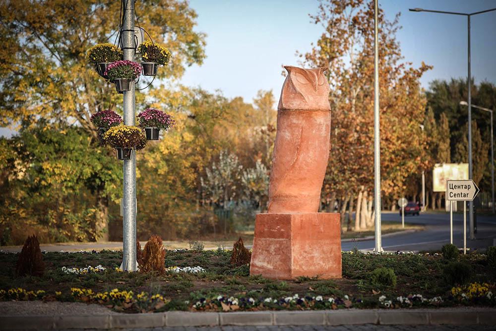 Статуя на сова, наподобяваща мъжки член, разсмя жителите на град в Сърбия (Снимки)