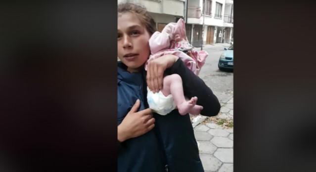 Социалните мрежи прегряха от възмущение от този клип с пияни от сутринта жени, разнасящи голо бебе из София (ВИДЕО)
