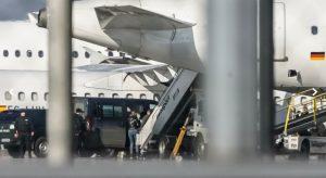 Извънредно! Олигарсите Евгения и Николай Баневи кацнаха с белезници в България с различни полети! (ПЪРВИ СНИМКИ)