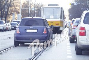 Диана Любенова джигит на пътя: Водещата кара по трамвайните релси, в КАТ безсилни (СНИМКИ)