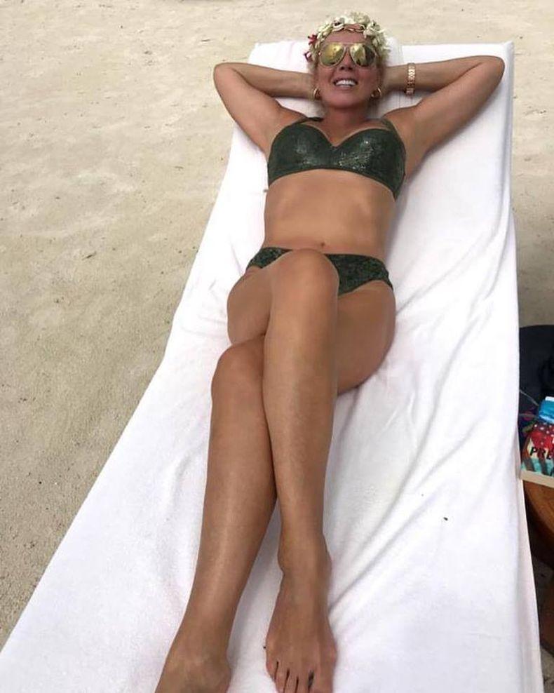Лепа Брена показа убийствено тяло по бански на 58 (Снимки)