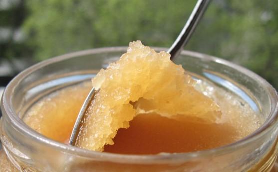 Полезен или вреден е захаросаният мед: Отговарят експертите