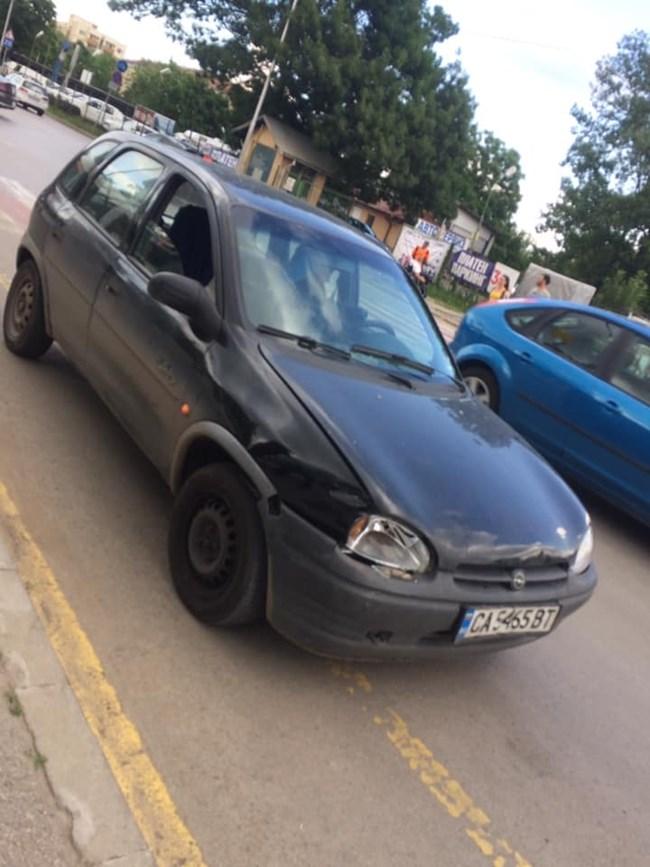 Очевидец: Момче влачи жена по пътя, след като й удари колата и се опита да избяга