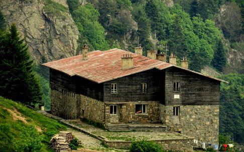 Интересни и необичайни места, където да отседнем в България