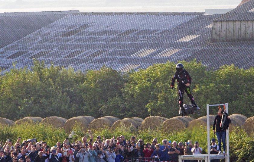 Франки Запата прекоси Ламанша с летящия си флайборд (СНИМКИ)