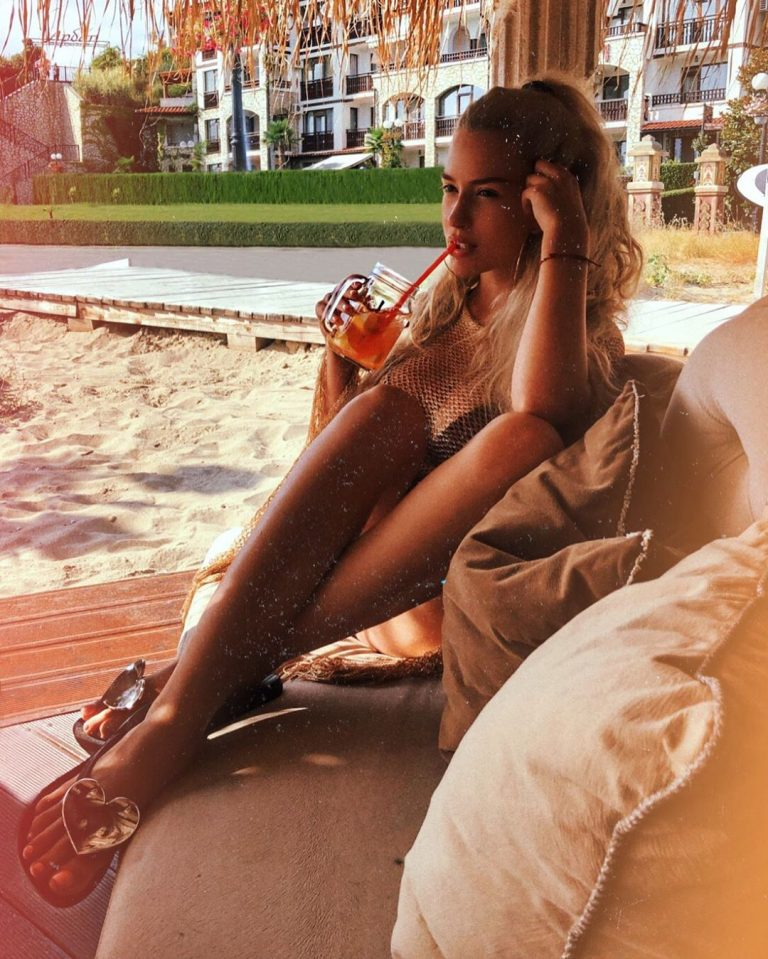 Тита си почива с коктейл на морето (СНИМКА)