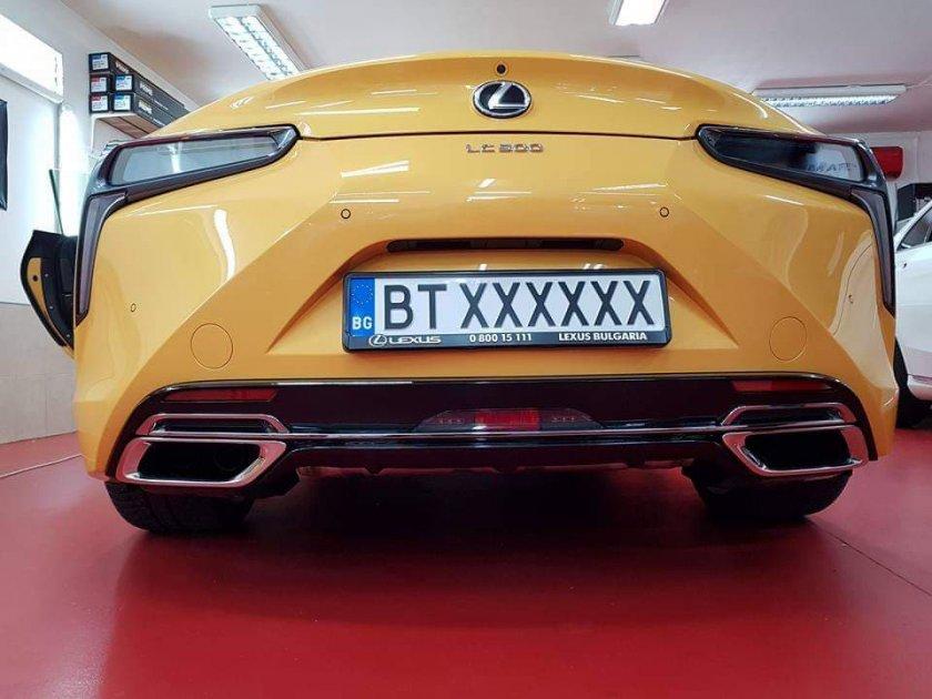 Общинарка яха Mercedes за 400 бона, мъжът й – Lamborghini на 700 000 лв.