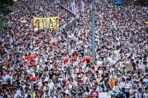 Към протестите в Хонконг се включиха днес и държавните служители (ВИДЕО)