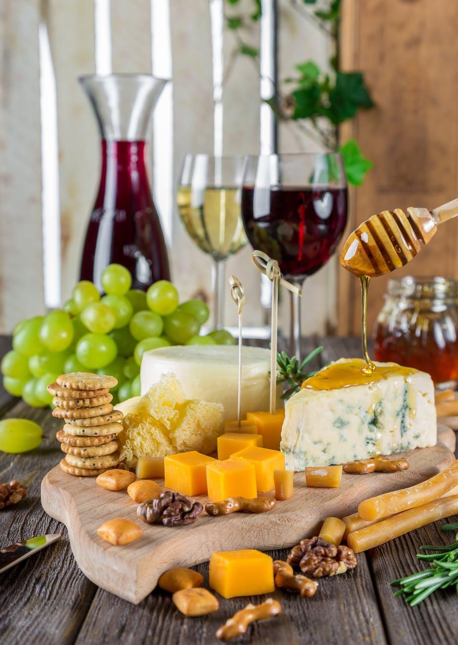 Как да съчетаем вино и сирене за истинска наслада за сетивата