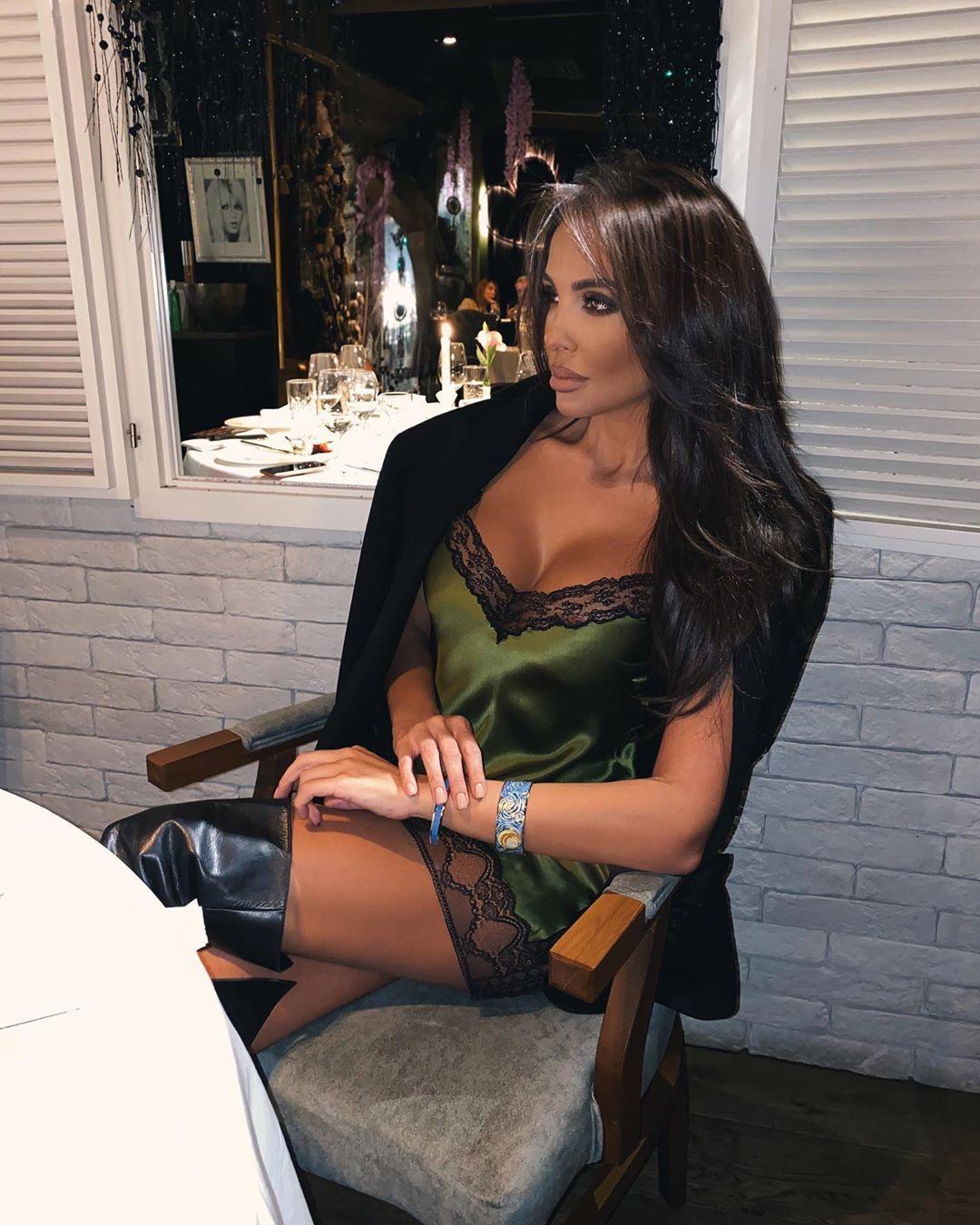 Няма шест-пет: Николета отиде на ресторант по нощница и високи ботуши (СНИМКА)