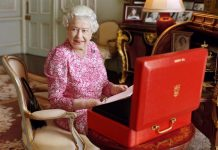 Кралицата затвори бар в двореца
