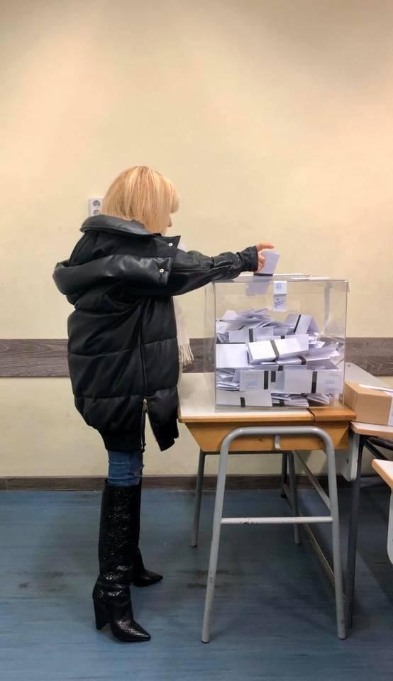 Лили Иванова гласува, пожела успех на Фанкъдова