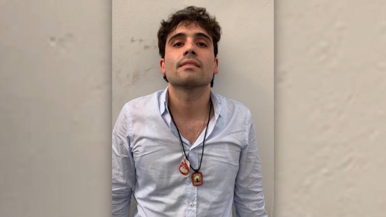 Убиха с над 150 куршума, полицай, арестувал сина на Ел Чапо