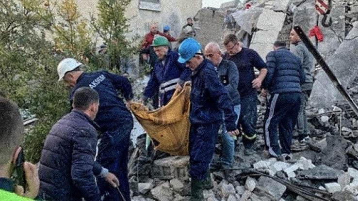 Продължават да вадят трупове под развалините в Албания (Снимки)