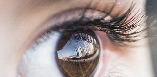 играе окото