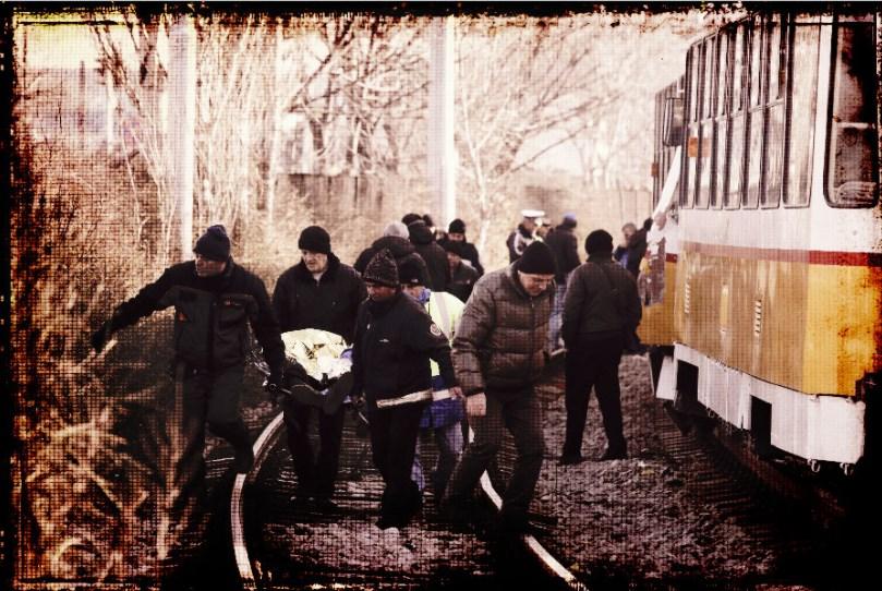 Загиналото момче е било премазано между два трамвая, докато пресича релсите (СНИМКА 18+)