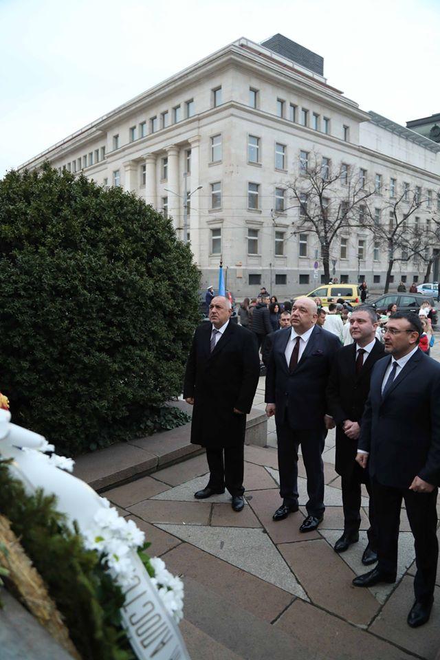 Бойко Борисов се поклони пред паметника на Васил Левски (ВИДЕО)