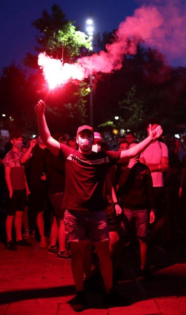 Демонстрантите в Белград нахлуха в парламента (СНИМКИ)
