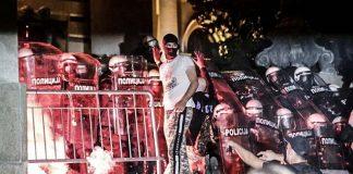 демонстранти сръбския парламент
