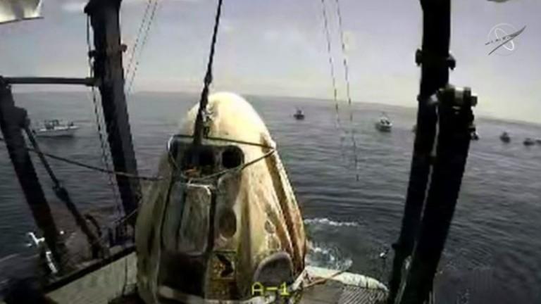 """Астронавтите на NASA успешно се приводниха с """"Дракона"""" на SpaceX"""