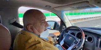 """Премиерът Бойко Борисов се размина на косъм от ПТП, след като пусна волана на служебния джип, докато обяснява на здравния министър Костадин Ангелов и на шефа на """"Пирогов"""" Асен Балтов предимствата на новата магистрала """"Европа""""."""