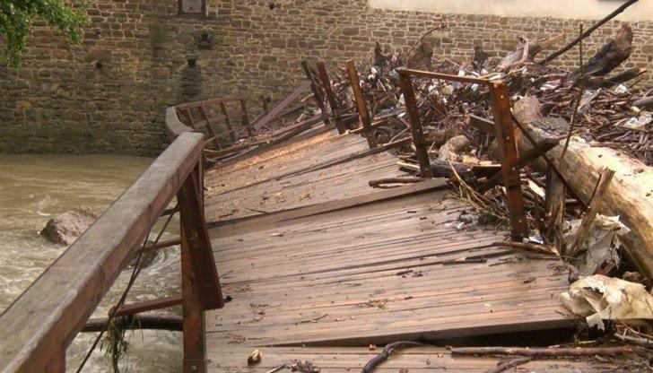 Безобразие: Това ремонтираният за 300 бона Дряновски мост ли е?