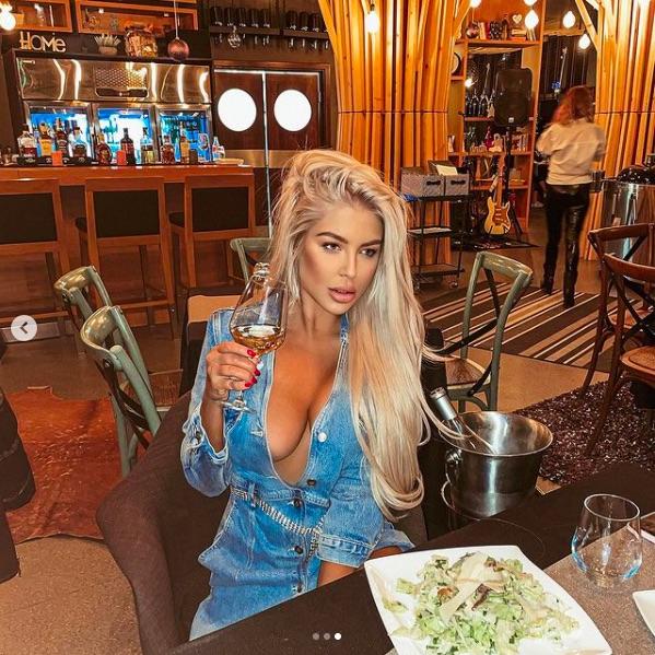 Андреа цъфна гола в ресторант