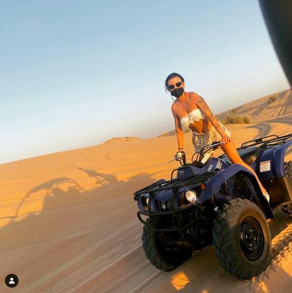 Деси Цонева пръска сексапил по бански в горещ Дубай