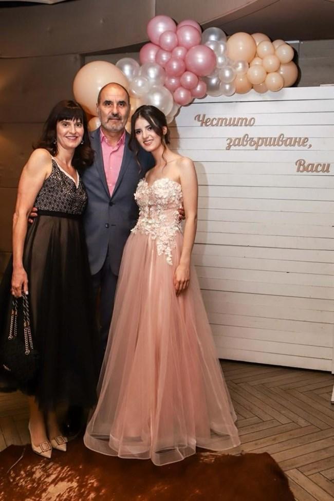 Дъщерята на Цветан Цветанов Василена е абитуриентка (СНИМКИ)
