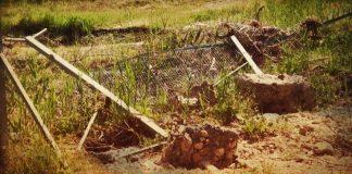 дупка в оградата