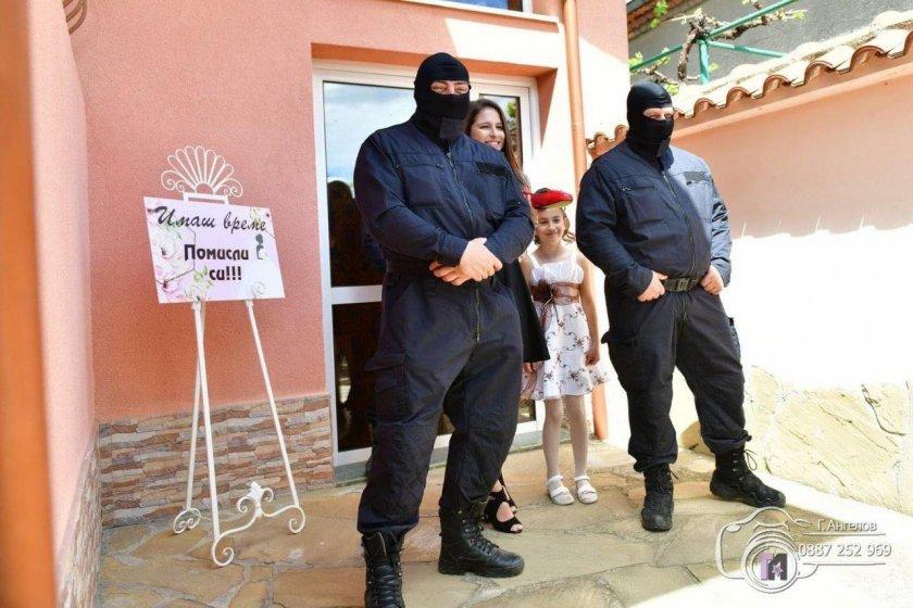Полицейски шеф омъжи щерка си с Калашников (Снимки)