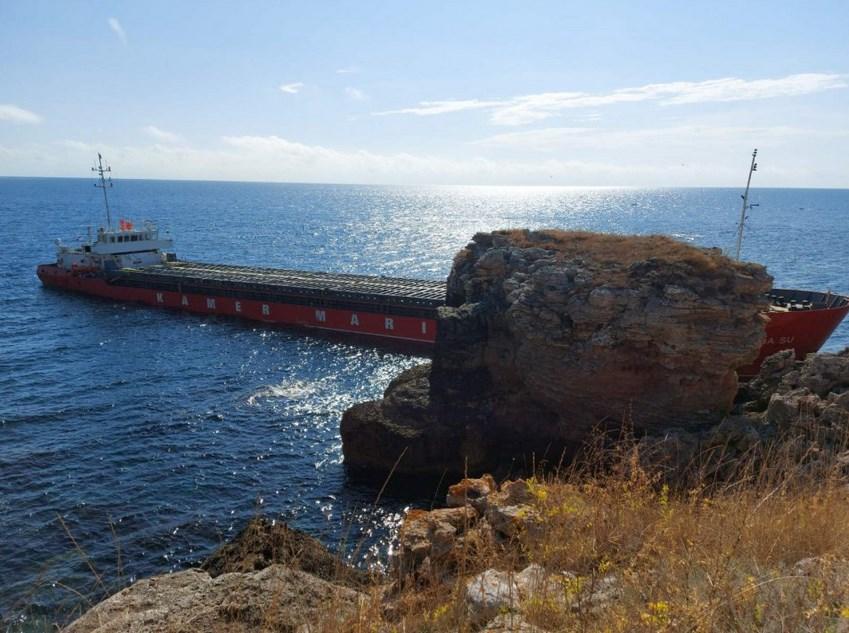 Голям товарен кораб заседна край Камен бряг (СНИМКИ)
