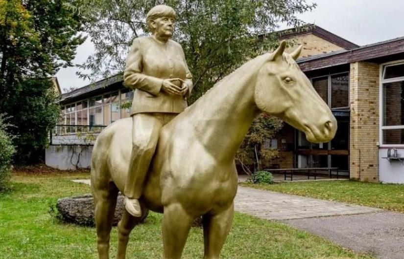 Доста кичозно! Вдигнаха паметник на Ангела Меркел, седяща на кон (СНИМКА)